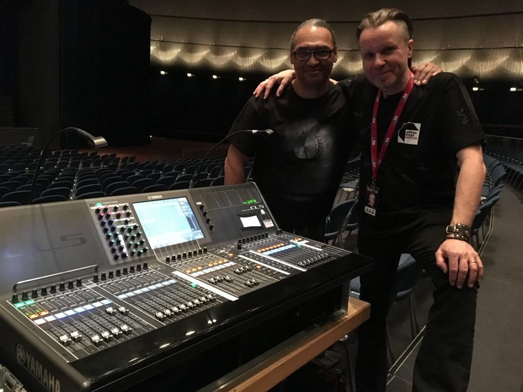 Abbey Road Institute Sound Engineer Walter Hauschild und Bonnie Tyler FOH Engineer Tom E Morrison an der Yamaha CL5
